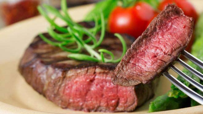 Το κρέας που δεν είναι καλά μαγειρεμένο είναι επικίνδυνο για μολύνσεις.