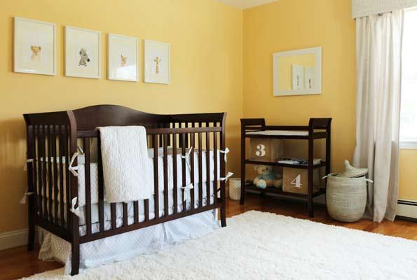 Απαλό κίτρινο βρεφικό δωμάτιο.
