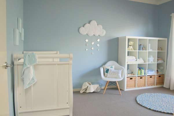 Βρεφικό δωμάτιο σε γαλάζιες αποχρώσεις.